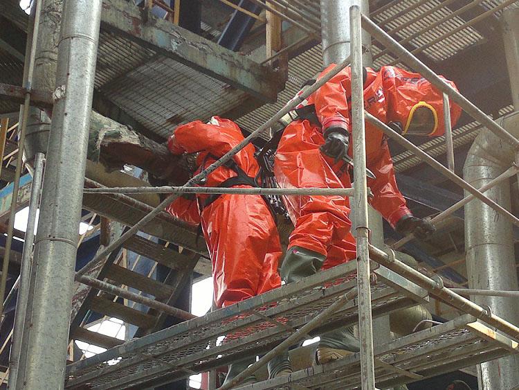 炼油厂加氢车间硫化氢管线泄漏,DN100PN0.8,温度220℃,采用钢带紧固法实施堵漏成功。