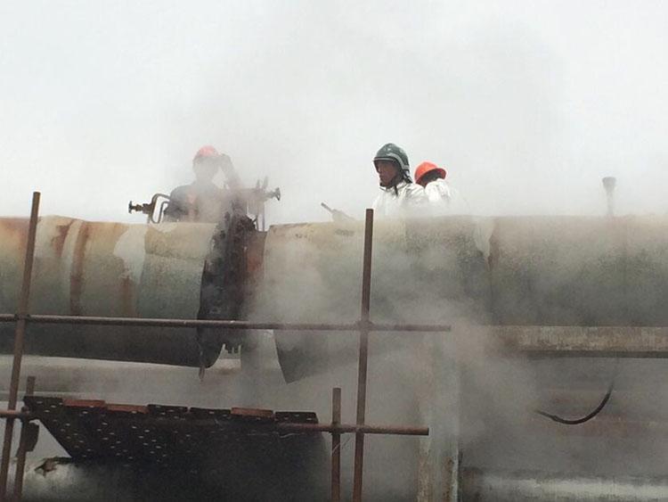 芳烃厂公用车间法兰泄漏,DN700PN1.6MPa,温度270℃,采用钢带+螺孔注入法实施堵漏成功