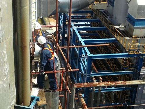 炼油厂常减压法兰柴油泄漏,DN500PN3.9MPa,温度420℃,采用特种堵油胶实施堵漏成功。